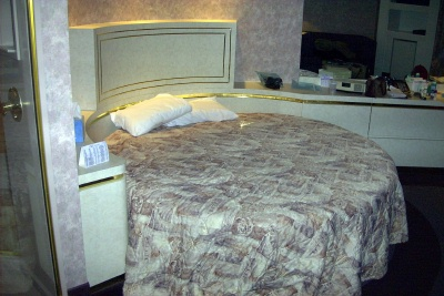 Caesars Cove Haven - Couple's Bed (round bed it a bit impractical)